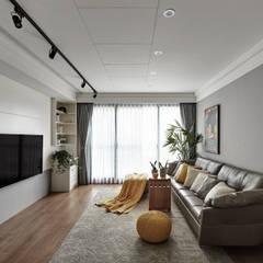 仲夏。清輕:  客廳 by 存果空間設計有限公司