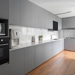 786 Yishun Ring Road - Scandinavian :  Built-in kitchens by VOILÀ Pte Ltd,