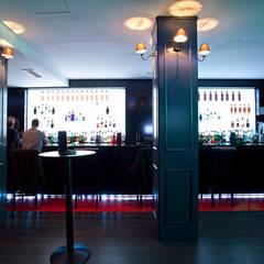 Barra del bar /pub: Bares y Clubs de estilo  de Muka Design Lab