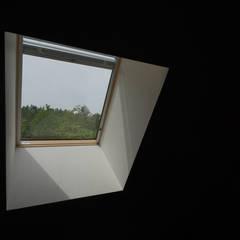 Velux et fenêtres de toit de style  par アウラ建築設計事務所