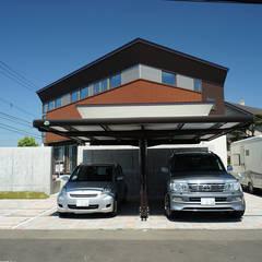 Garajes dobles  de estilo  por アウラ建築設計事務所