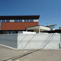 高台角地の家: アウラ建築設計事務所が手掛けた一戸建て住宅です。