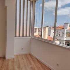 Apartamento T2 Penha França - Lisboa Janelas e portas minimalistas por EU LISBOA Minimalista