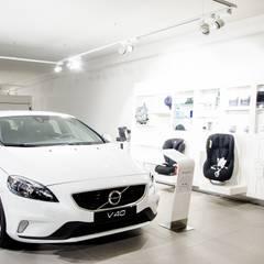 Concessionário de automóveis Volvo - projetores de calha e iluminação de emergência : Stands de automóveis  por Brilumen