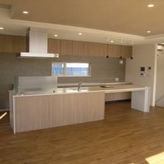 山の手の展望ガレージハウス: アウラ建築設計事務所が手掛けたキッチンです。