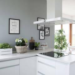 Minimalistyczna, biała kuchnia: styl , w kategorii Kuchnia zaprojektowany przez GLOBALO MAX