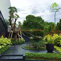 Jardines en la fachada de estilo  por Tukang Taman Surabaya - Alam Asri Landscape