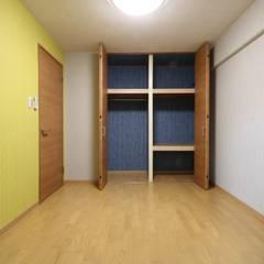 京都の風景を楽しむ空間: 株式会社井蛙コレクションズが手掛けた書斎です。