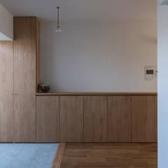 三田のリノベーション: 安江怜史建築設計事務所が手掛けた廊下 & 玄関です。