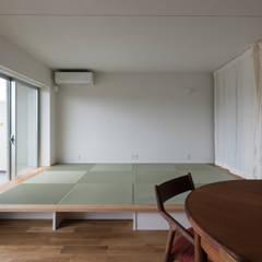 三田のリノベーション: 安江怜史建築設計事務所が手掛けたリビングです。