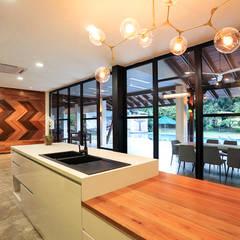Kelab Golf Sultan Abdul Aziz Shah Bungalow:  Kitchen by Studio BEVD