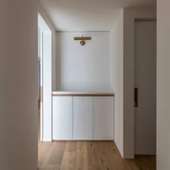 本町のいえ: 安江怜史建築設計事務所が手掛けた廊下 & 玄関です。