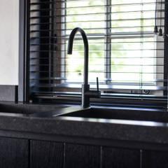 Verbouwing landelijke villa met moderne accenten:  Keuken door Bob Romijnders Architectuur & Interieur