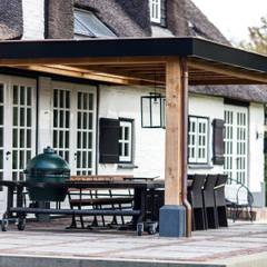Verbouwing landelijke villa met moderne accenten:  Terras door Bob Romijnders Architectuur & Interieur