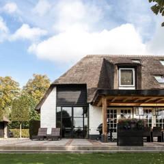 Verbouwing landelijke villa met moderne accenten:  Huizen door Bob Romijnders Architectuur & Interieur