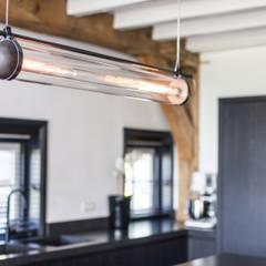 Verbouwing landelijke villa met moderne accenten:  Eetkamer door Bob Romijnders Architectuur & Interieur