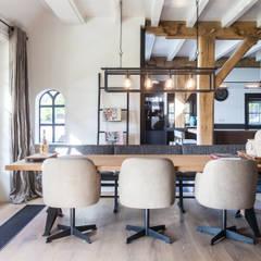 Verbouwing landelijke villa met moderne accenten: landelijke Eetkamer door Bob Romijnders Architectuur & Interieur
