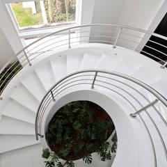 Escada Modelo Inloco com as Vigas Especiais: Escadas  por ESCADAS MILLENIUM®