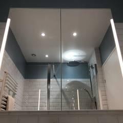 Miroir avec rangements et éclairage: Salle de bains de style  par Thomas JENNY