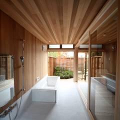 Salle de bains de style  par 株式会社高野設計工房