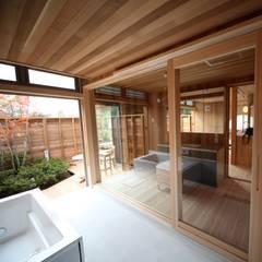 浴室より洗面室をみる: 株式会社高野設計工房が手掛けた浴室です。