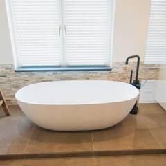 Wit bad met zwarte kraan JEE-O sanitair: industriële Badkamer door De Eerste Kamer