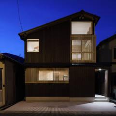 外観夜景: 芦田成人建築設計事務所が手掛けた家です。