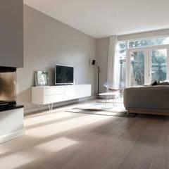 Verbouwing familiewoning Den Haag: moderne Woonkamer door Atelier Perspective Interieurarchitectuur