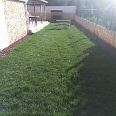 Jardim com relva - terraço: Jardins de fachada  por Francisco jardinagem