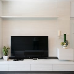 Beverly Hills Happy Valley Hong Kong Island :  Living room by Much Creative Communication Limited, Minimalist Wood-Plastic Composite