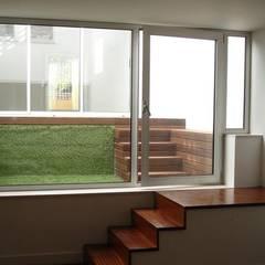 Habitação Unifamiliar Telheiras - Lisboa: Escadas  por Triplinfinito arquitetura, design e vídeo Lda