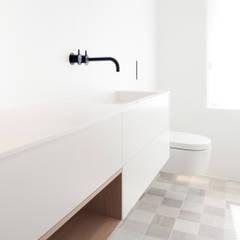 PROJECT ED, ZWOLLE: minimalistische Badkamer door Studio Doccia