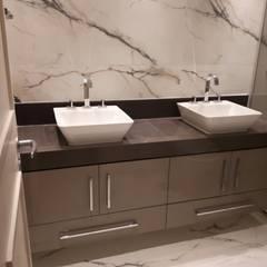 Instalação de Porcelanato Pia: Banheiros minimalistas por Isma Gestão em Mão de Obra