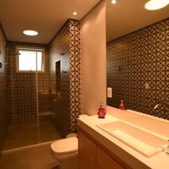 Banheiro do menino: Banheiros  por Kaza Estúdio de Arquitetura