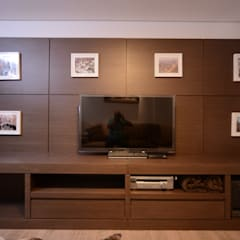 Sala de TV: Salas multimídia  por Kaza Estúdio de Arquitetura