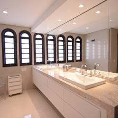 Banheiro Casal: Banheiros  por Kaza Estúdio de Arquitetura
