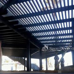 pérgola de diseño en madera para exterior: Hoteles de estilo  de NavarrOlivier