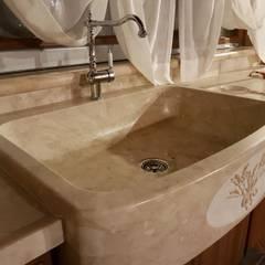 lavello in pietra cappuccino : Cucina in stile  di CusenzaMarmi