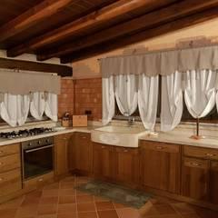 Cucina con lavello e piani in pietra beige: Cucina in stile in stile Mediterraneo di CusenzaMarmi