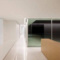 Casa del atrio: Estudios y despachos de estilo  de FRAN SILVESTRE ARQUITECTOS