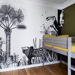 Chambre d'enfant jungle: Chambre d'enfant de style de style eclectique par LD&CO.Paris 'La Demoiselle et la Caisse à Outils'