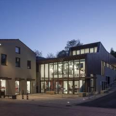 Une bibliothèque, un café, et caetera.: Lieux d'événements de style  par Atelier du lieu