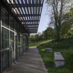 Une bibliothèque tournée vers le parc: Lieux d'événements de style  par Atelier du lieu