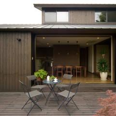 ウッドデッキ: Sデザイン設計一級建築士事務所が手掛けたベランダです。