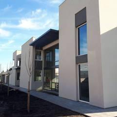 Vista lateral: Casas unifamiliares de estilo  por Mundopanel