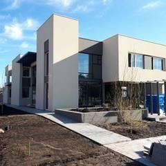 Fachada: Casas unifamiliares de estilo  por Mundopanel