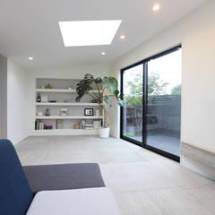 Living room by 杉工建設株式会社,