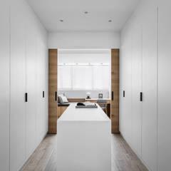 軸線:  更衣室 by 京彩室內設計裝修工程公司