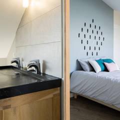 Création de Chambres d'hôtes: Salle de bains de style  par MadaM Architecture