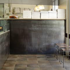 Ingresso / area laboratorio pizzeria a vista.: Negozi & Locali commerciali in stile  di RcK Rationality